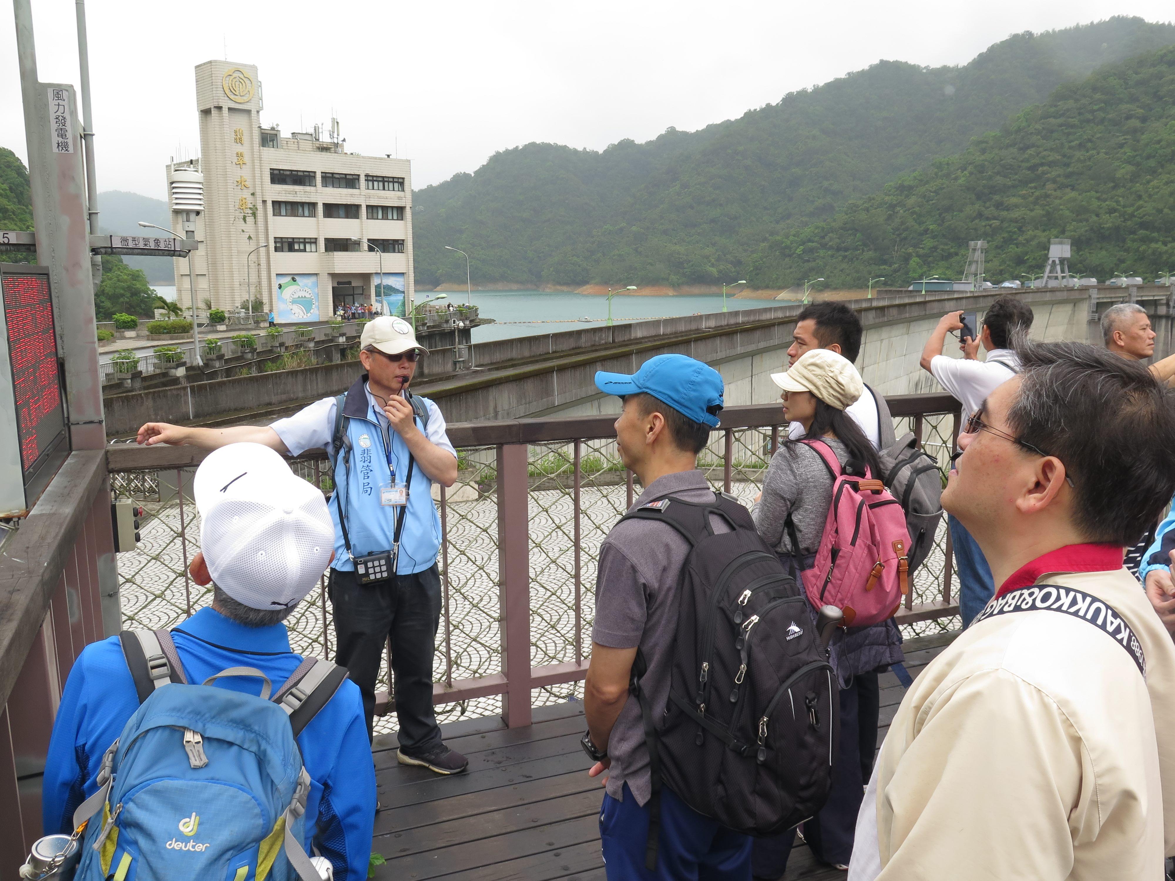 圖片說明:志工老師於大壩平台為民眾介紹水庫設施