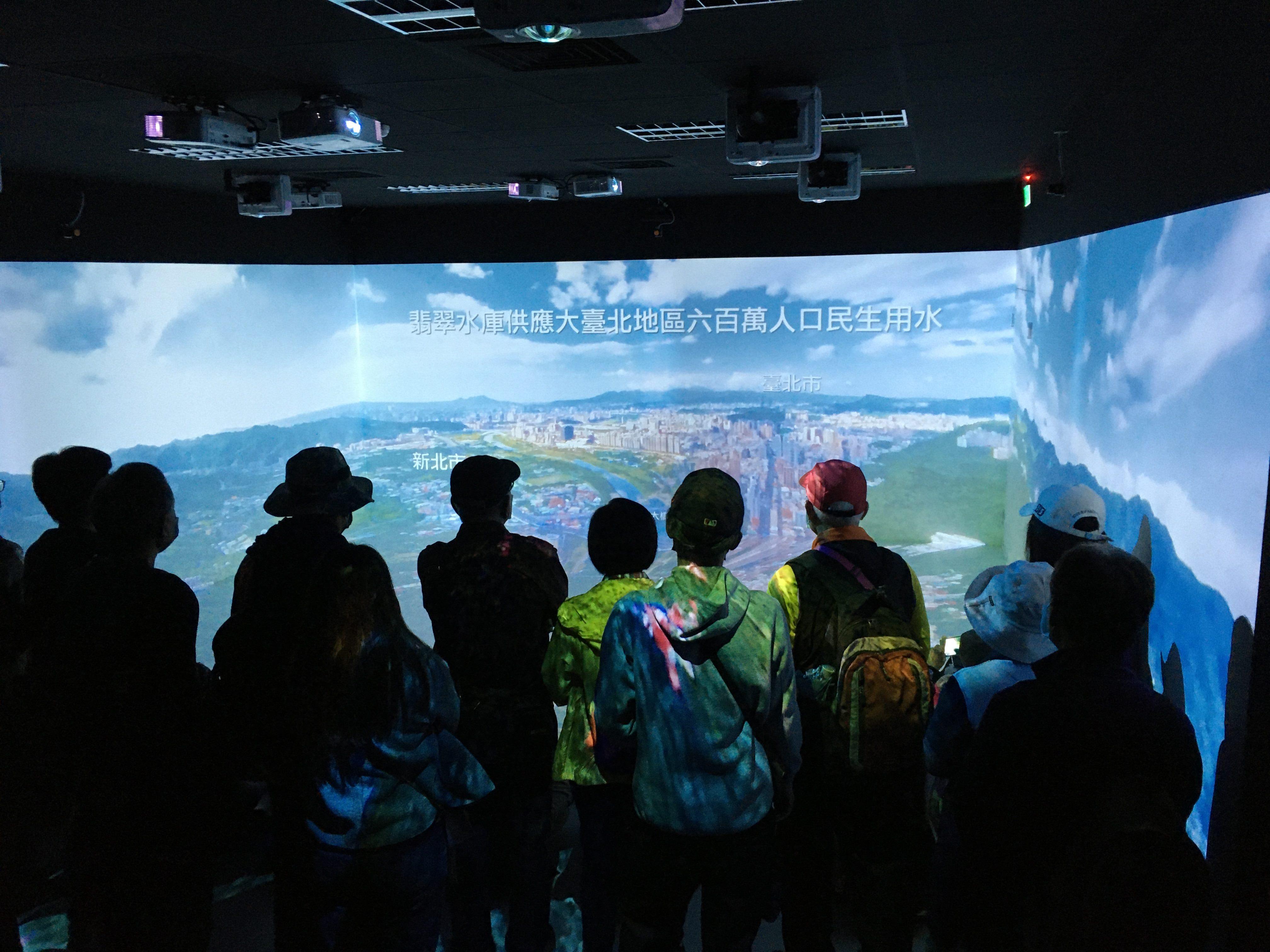 圖片說明:民眾體驗充滿科技感的翡翠水庫虛擬實境導覽