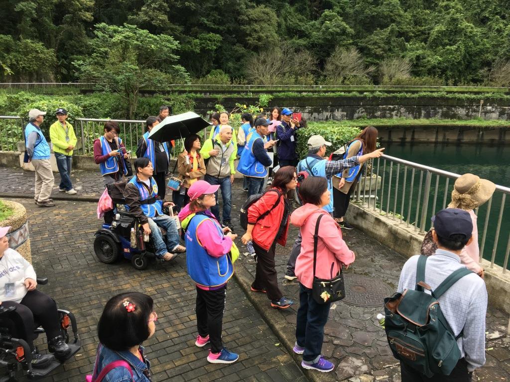 圖片說明:志工老師於大壩為民眾解說