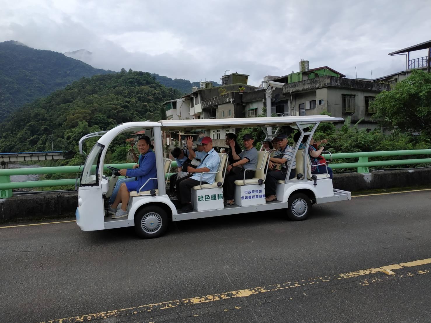 圖片說明:民眾開心乘坐電動車前往本局環教學習中心
