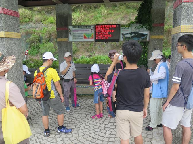 照片2:107年6月9日(週六)元郎股長於大壩平台解說水庫操作原理。