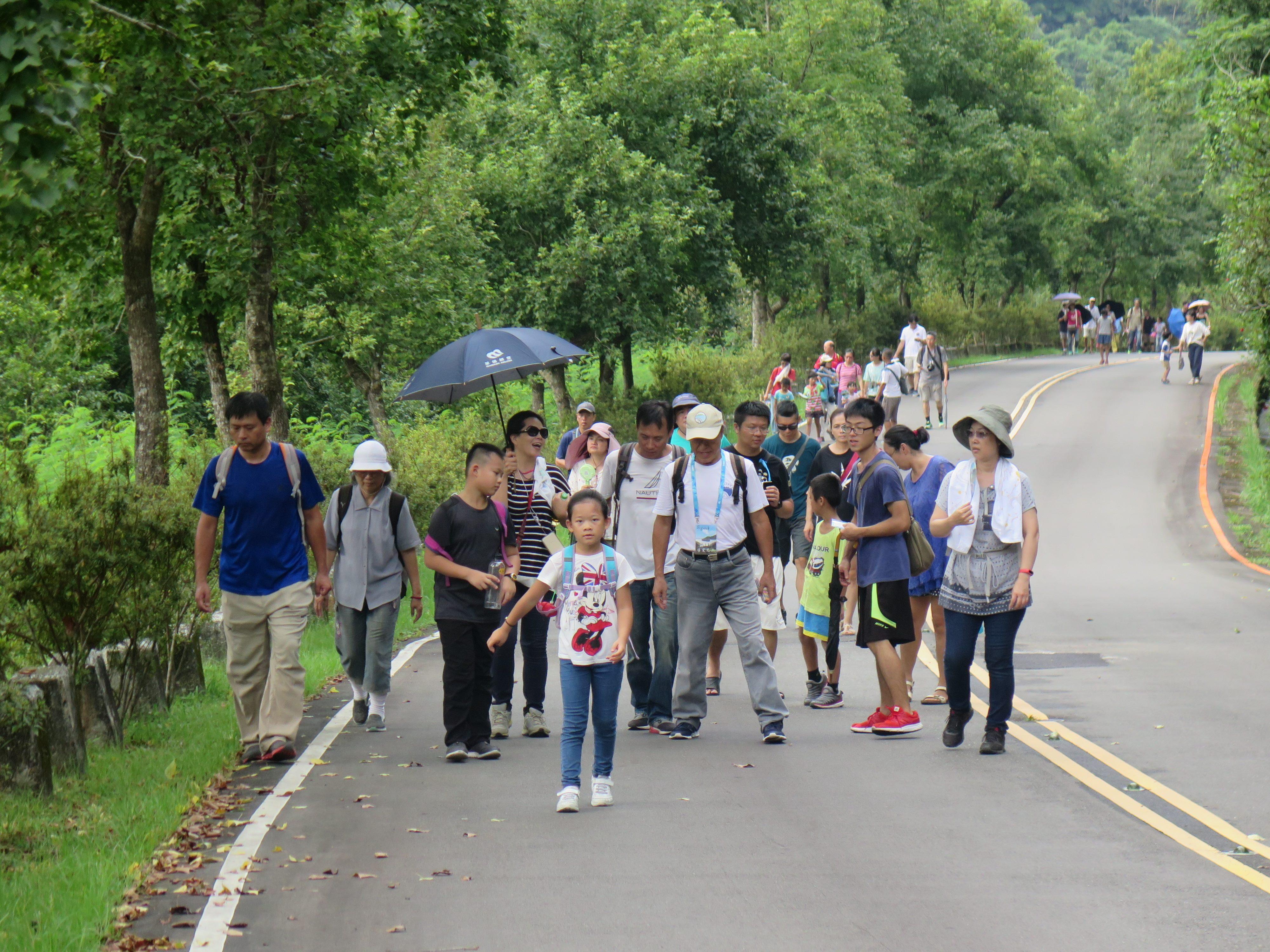 圖片說明:志工老師帶領民眾介紹沿途生態