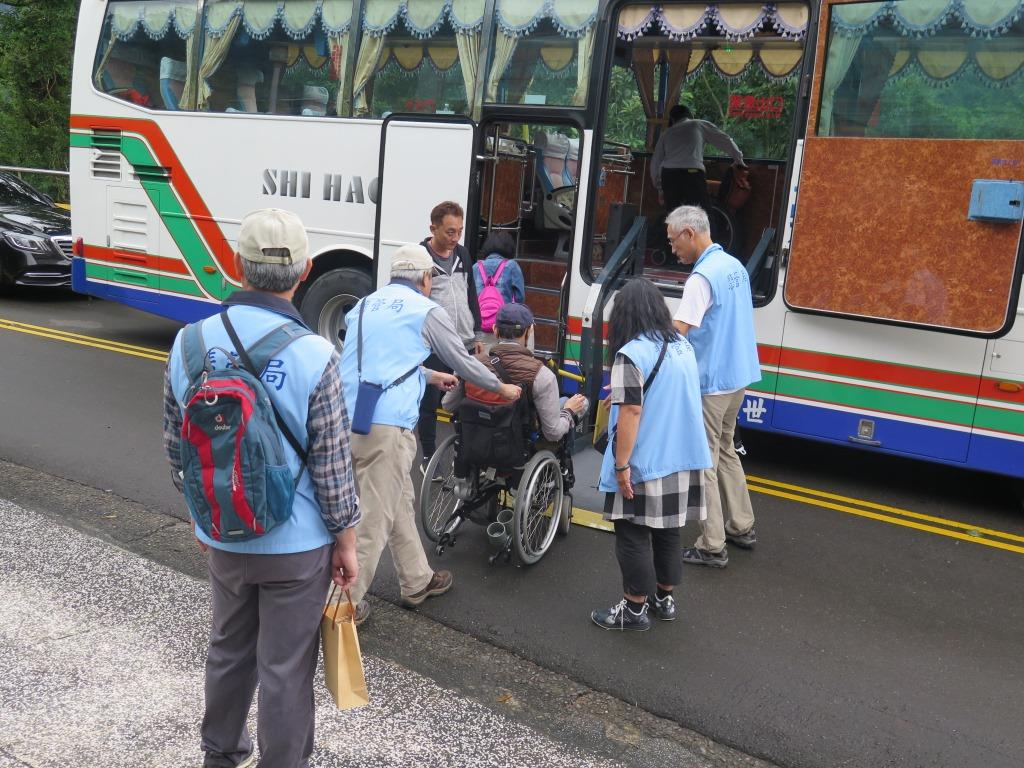 圖片說明:志工老師協助身障民眾上下車