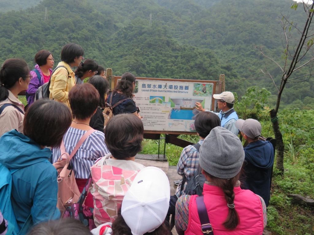 圖片說明:志工老師帶領民眾認識水庫設施