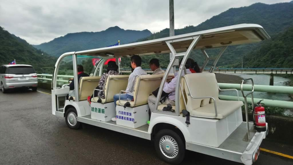Electric vehicles connect tourists at the gate of the reservoir