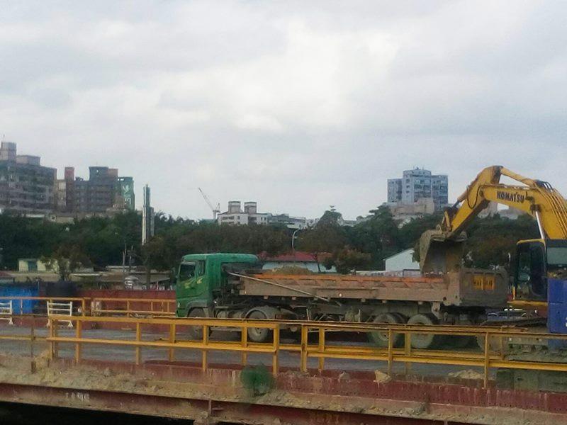 CQ871東側道路開挖作業