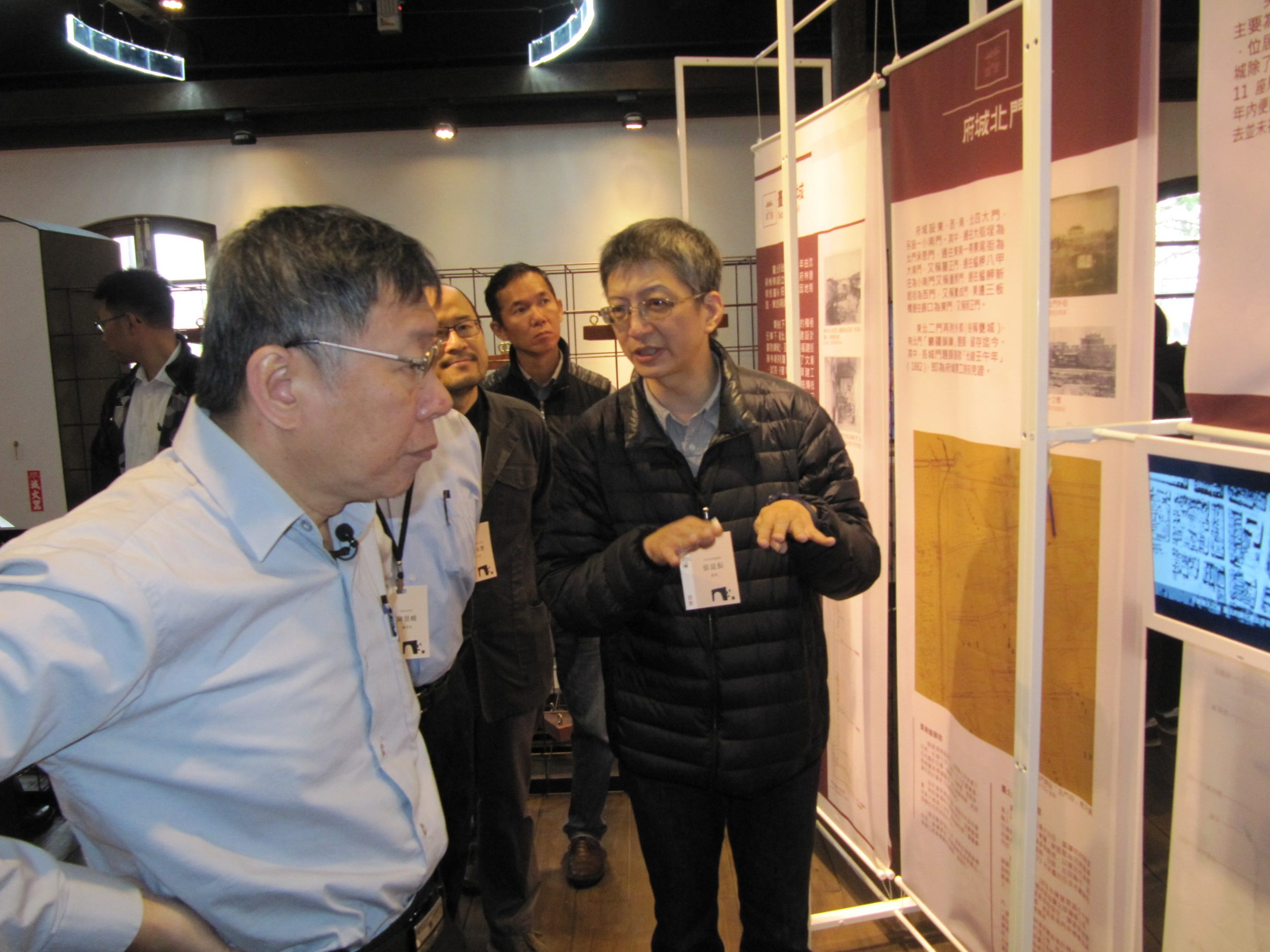 Architecture Prof. Kun-Chen Chang (right) of the National Taipei University of Technology (NTUT) explains to Mayor Ko the reconstruction work done.