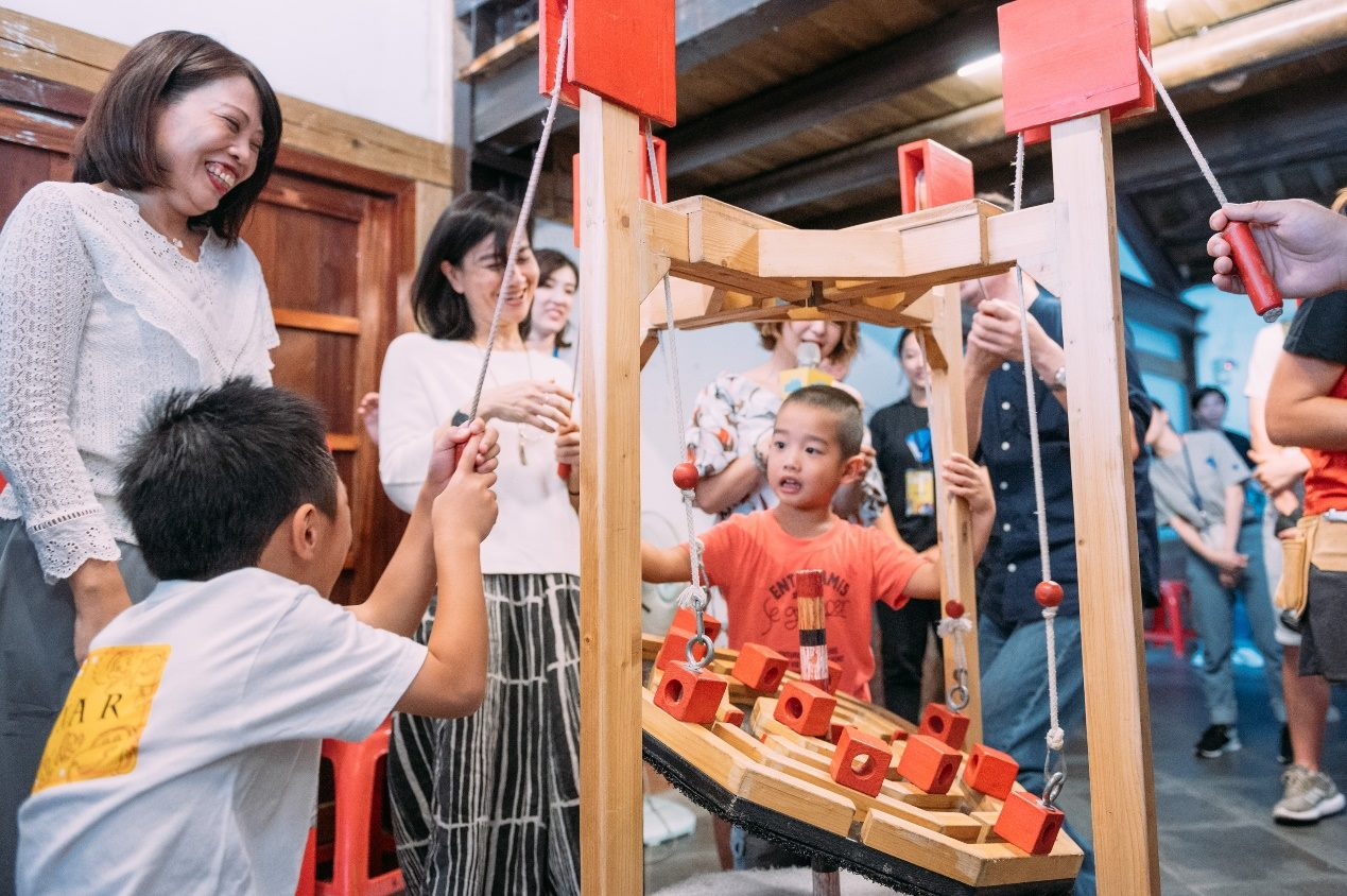 Chen Jingping (陳靜萍), Yu Wen (于玟), Cai Zongxiong (蔡宗雄) and some children play the Xics del Xurrac together.