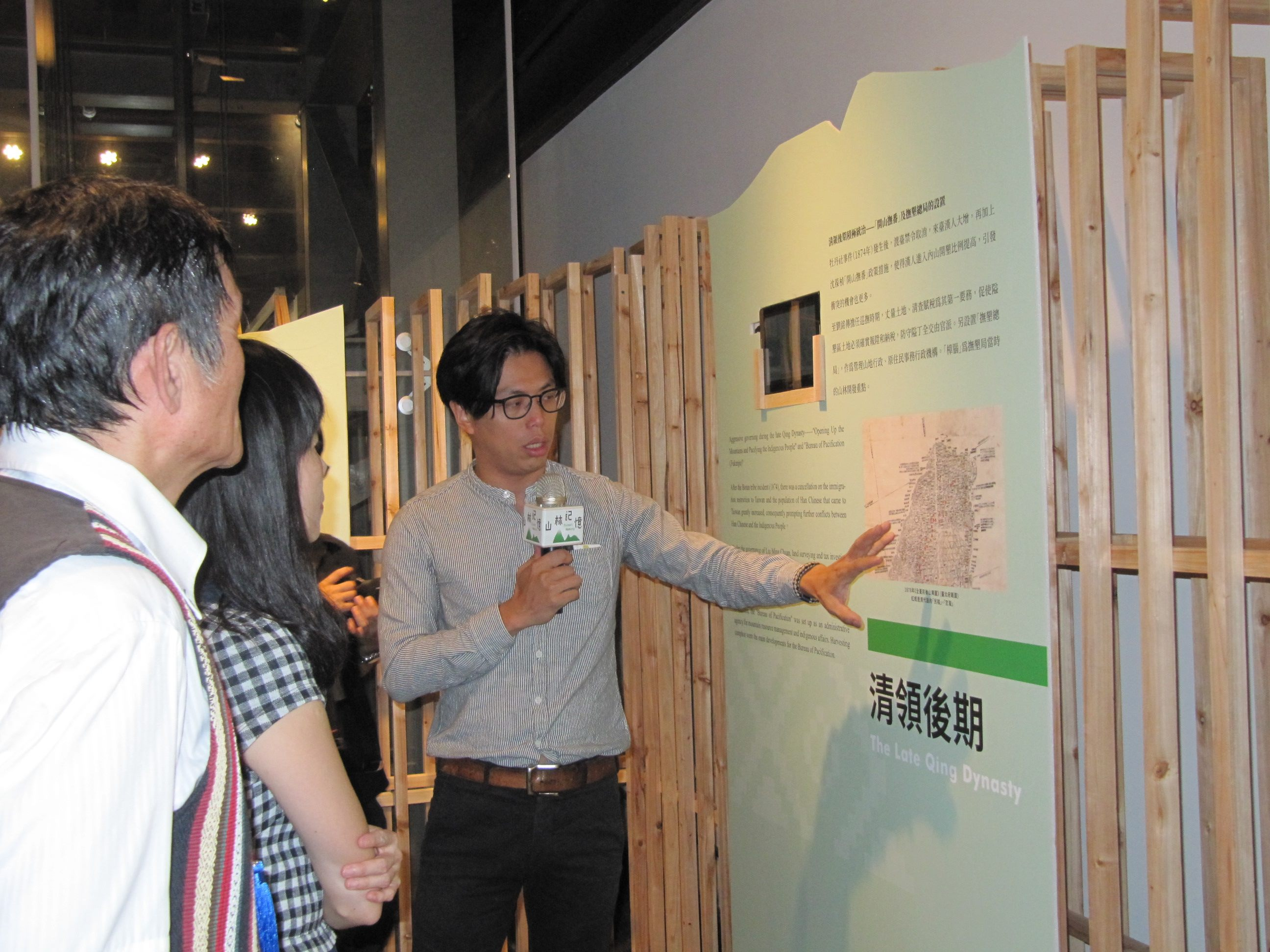 The curator Wu Szu-ju guides visitors through the special exhibition