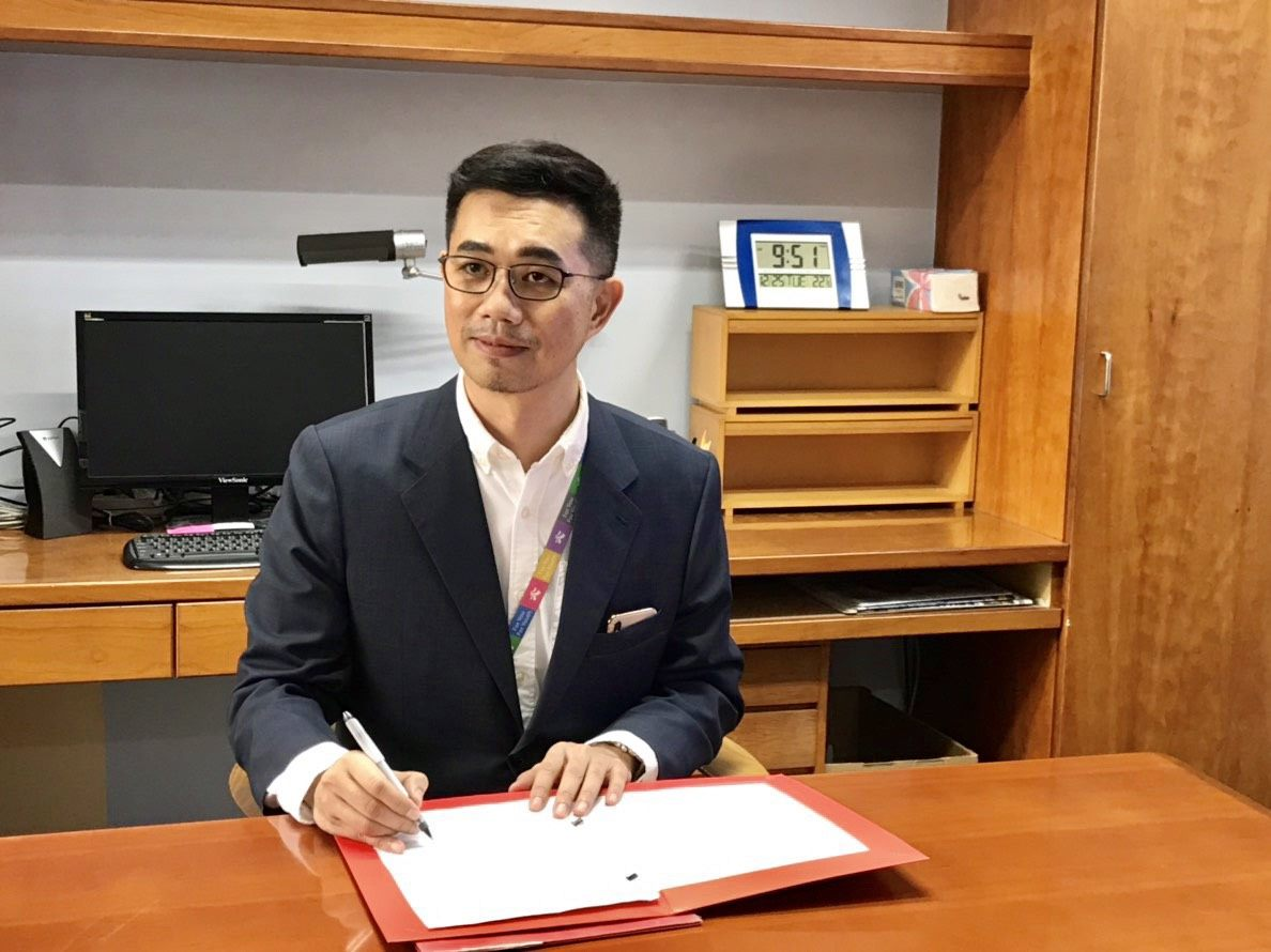 The new DOCA Commissioner Tsai Tsung-hsiung signs the first government document after taking office on December 25