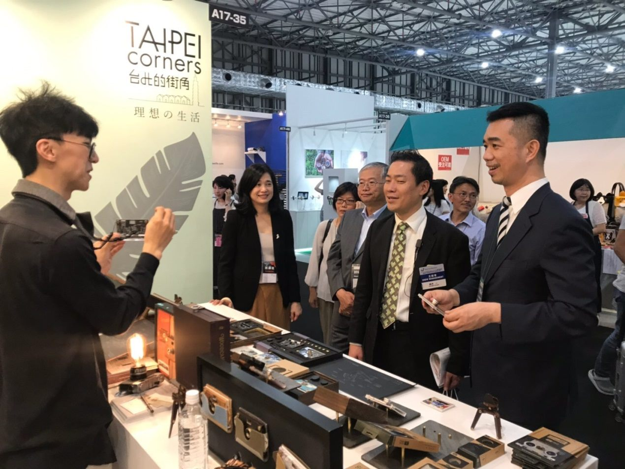A brand designer at the Taipei booth introduces his works to Tsai Tsung-hsiung (right), Commissioner of Taipei City's Department of Cultural Affairs