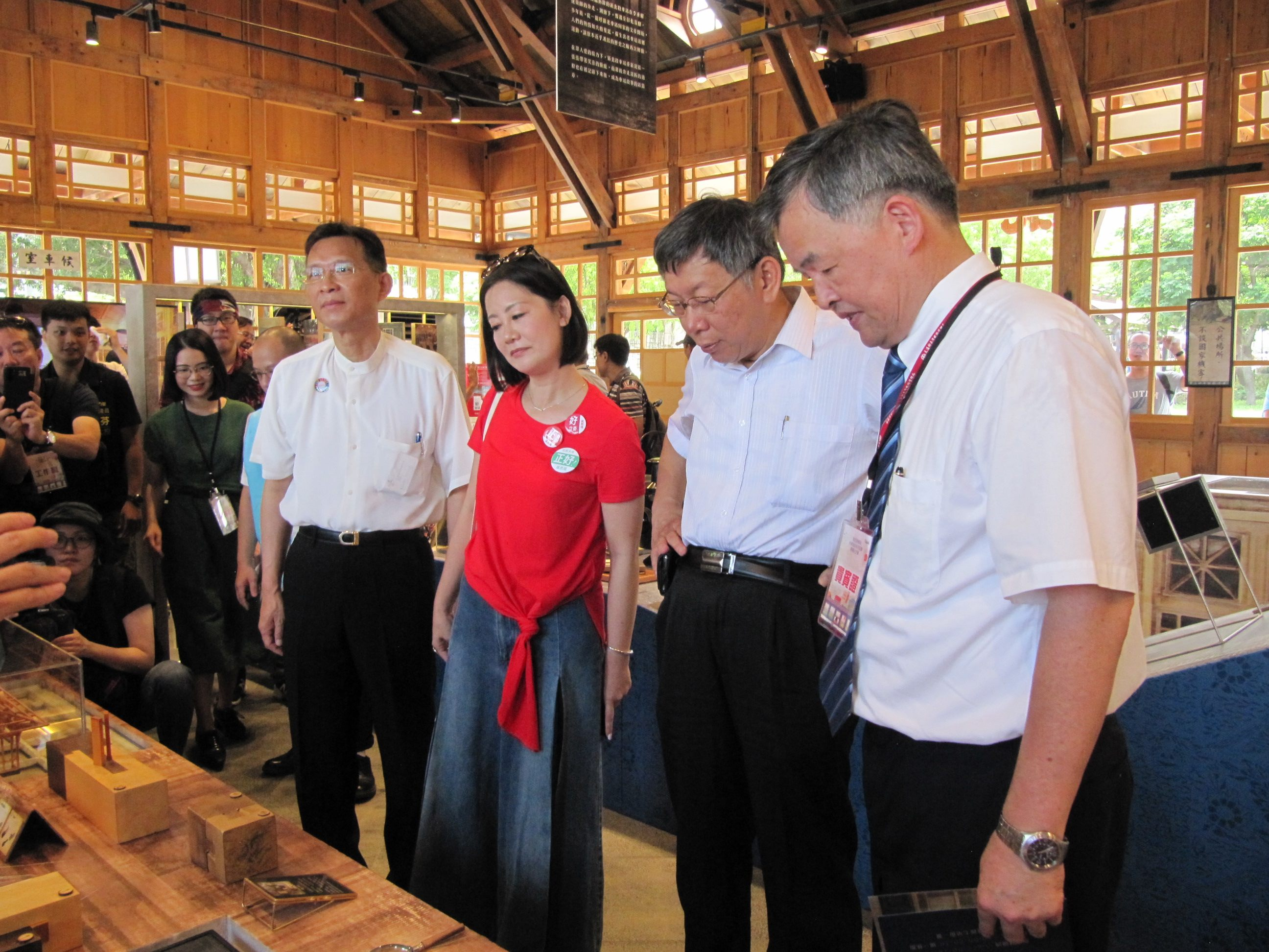 Taipei City Mayor Ko Wen-je (second from right) views some exhibits in the Xinbeitou Historic Station.