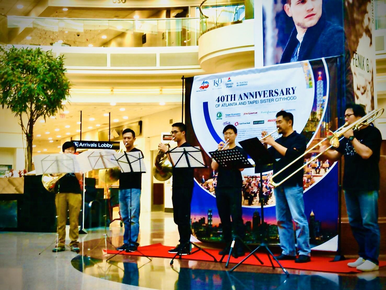The Taipei Symphony Orchestra's brass sextet gave a surprising performance at the Atlanta International Airport.