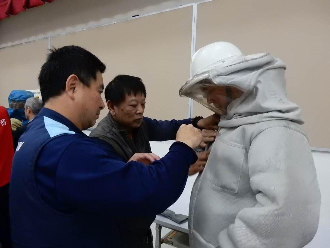 圖二、義消人員於受訓時練習並相互確認捕蜂衣著裝情形