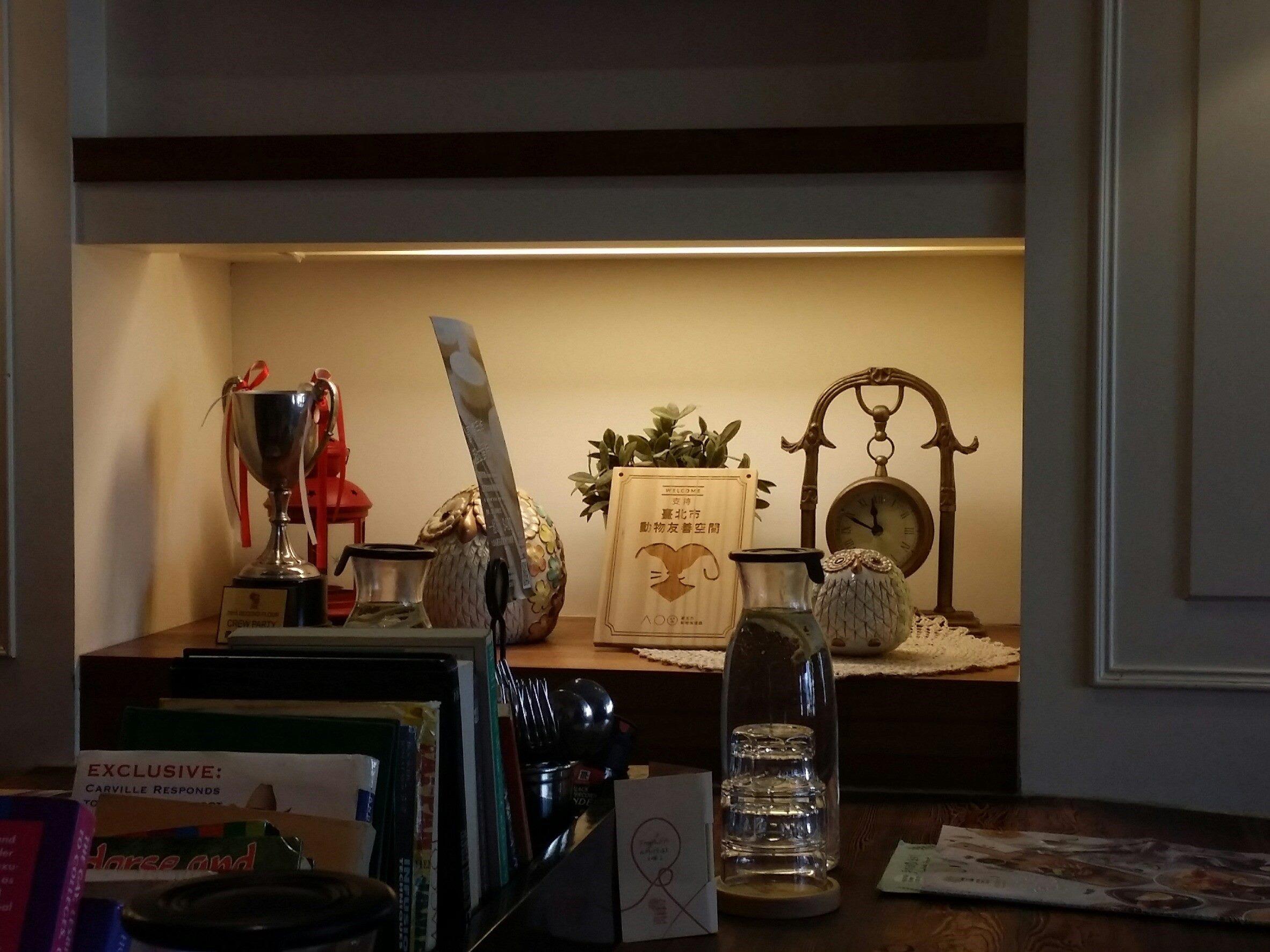 圖2__加入的業者們在店內擺放北市動保處提供的木質紀念牌