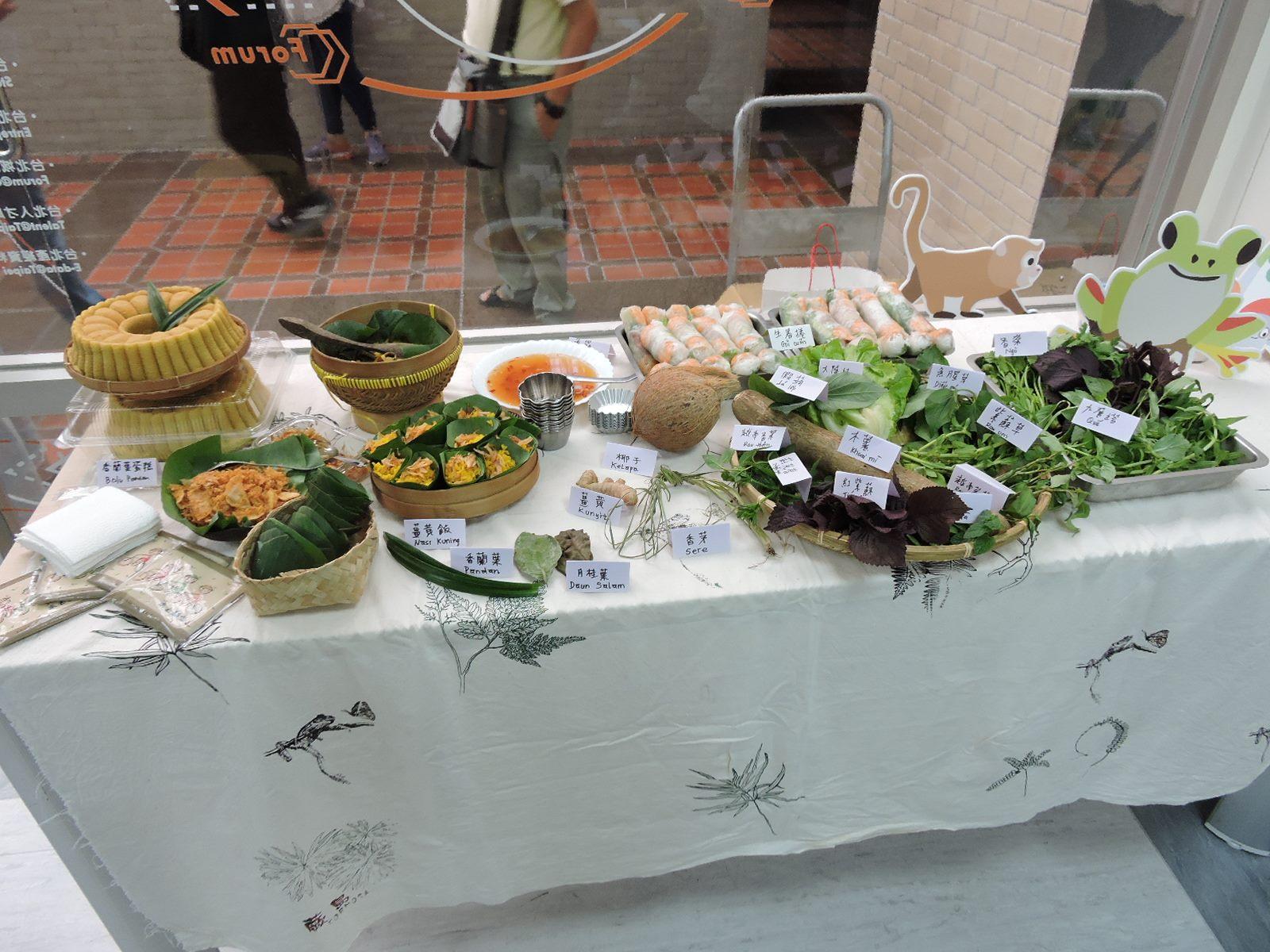 東南亞餐桌展示各種植物及所製成的佳餚