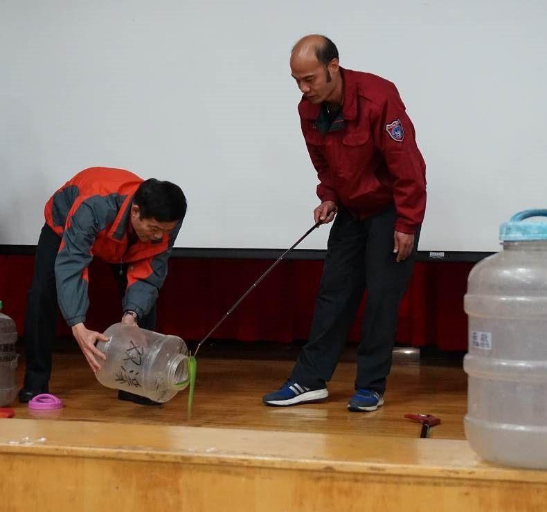 圖一、義消人員於受訓時練習如何正確使用蛇勾安全捕蛇