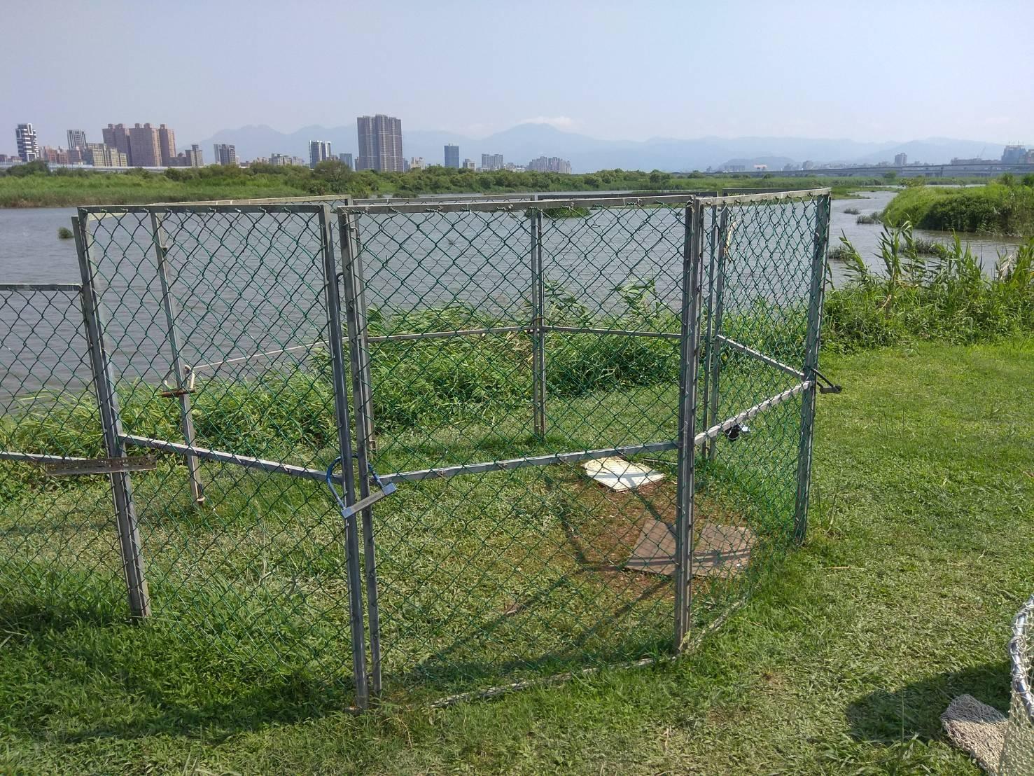 圖5.華江雁鴨公園設置圍網誘捕問題犬隻