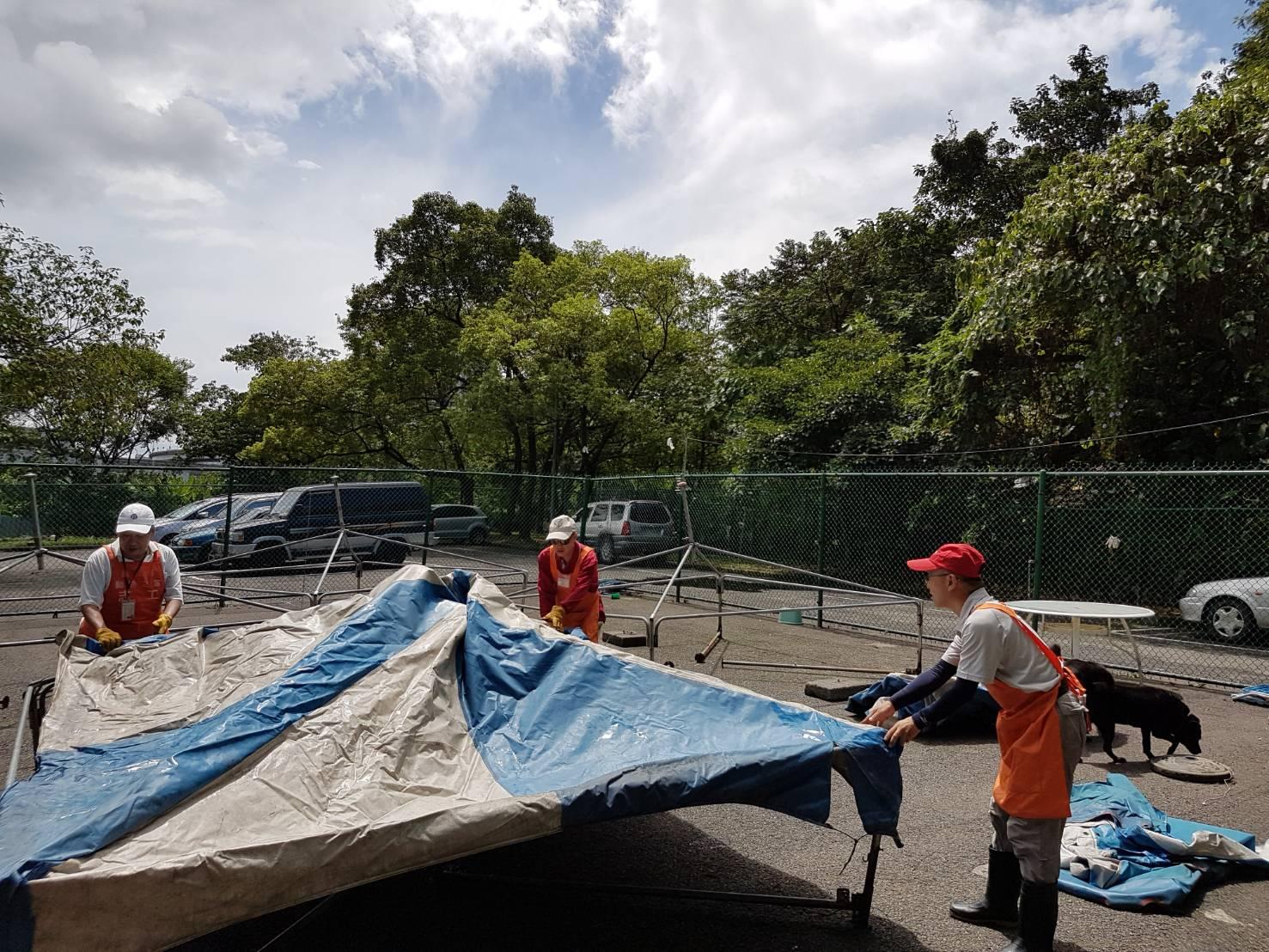 圖3.志工於颱風後幫忙搭設遛狗場遮雨棚