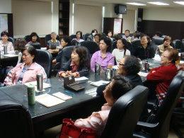 本所志工於志工座談會討論服務民眾所遇到之問題。。