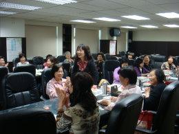 本所志工於志工座談會時分享服務心得。