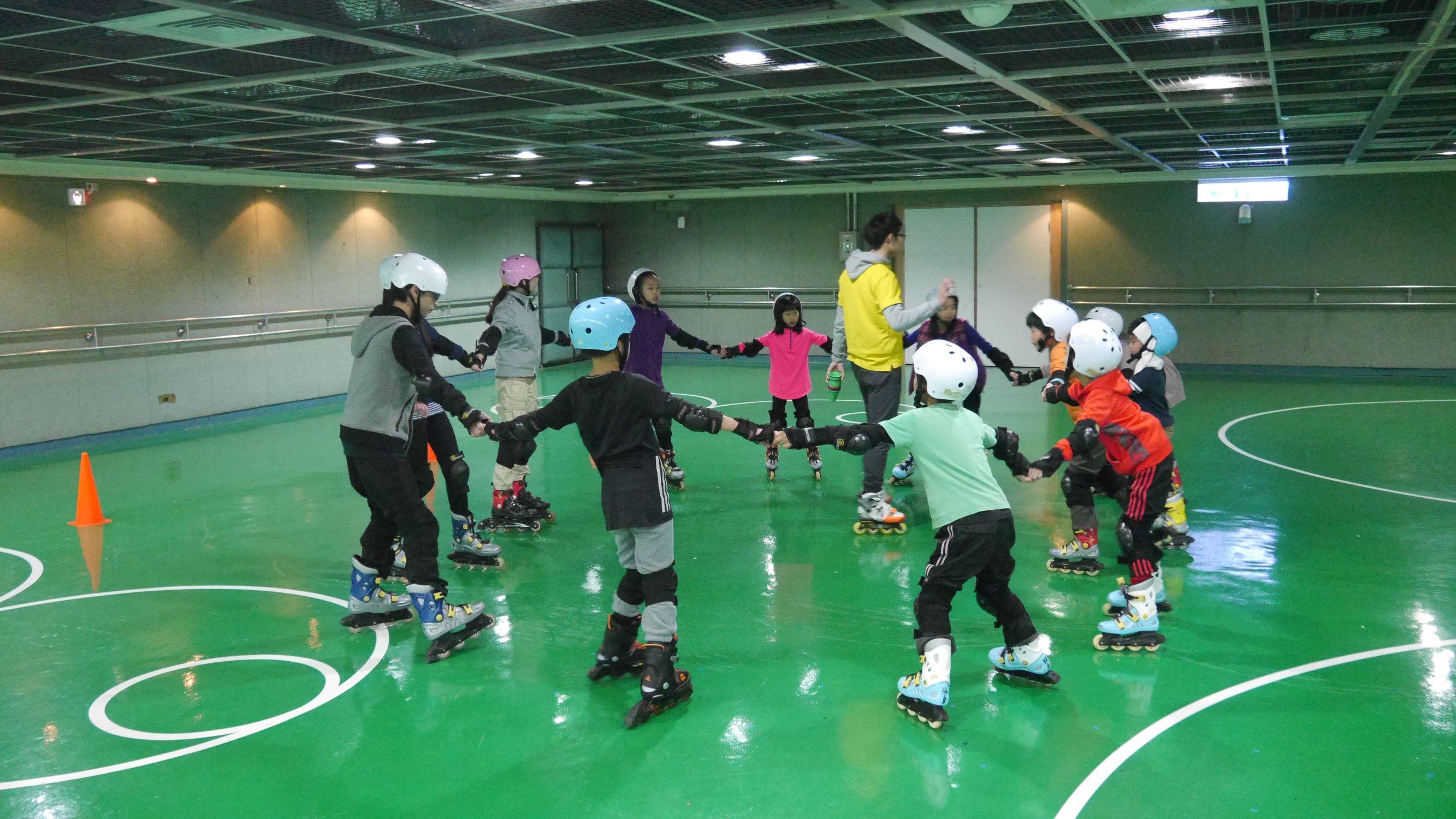 教練請學生圍成圓圈練習基本動作