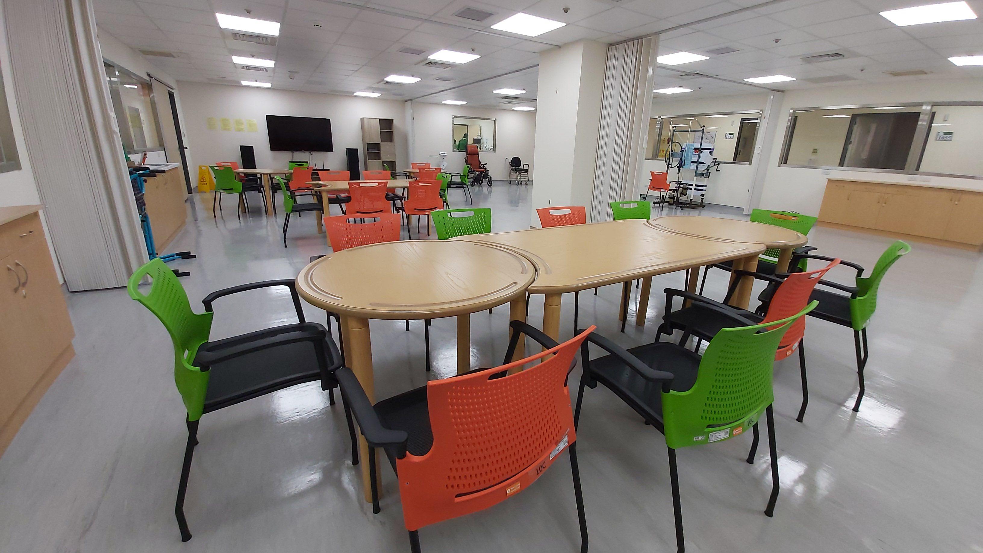 大型活動室備有餐桌椅、影音娛樂