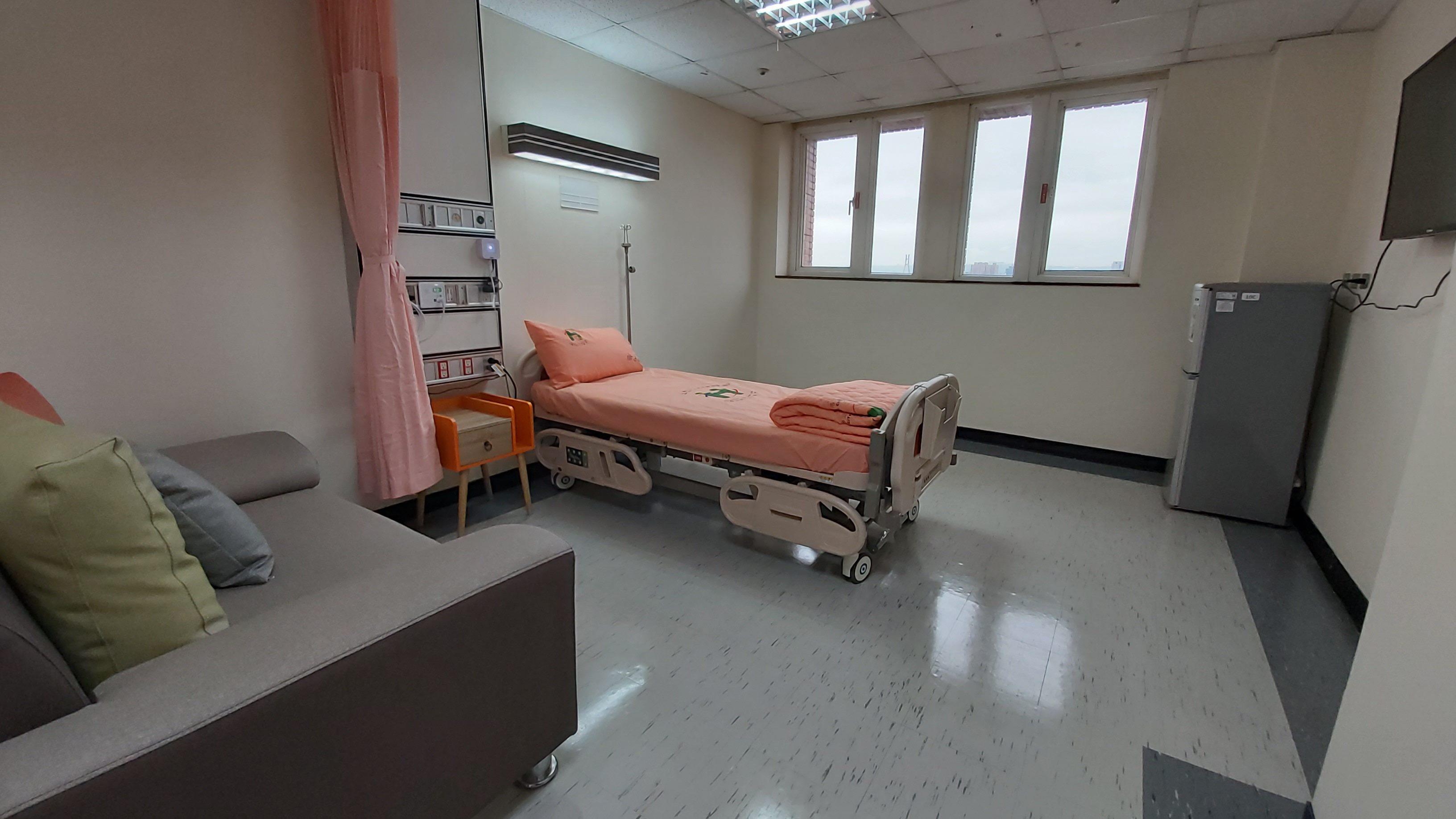 中興住宿長照機構所有房型皆有對外窗,空間寬敞。每張床都安裝智能系統,提供身體擺位的訊息傳回護理站,做為壓瘡的警示防範。