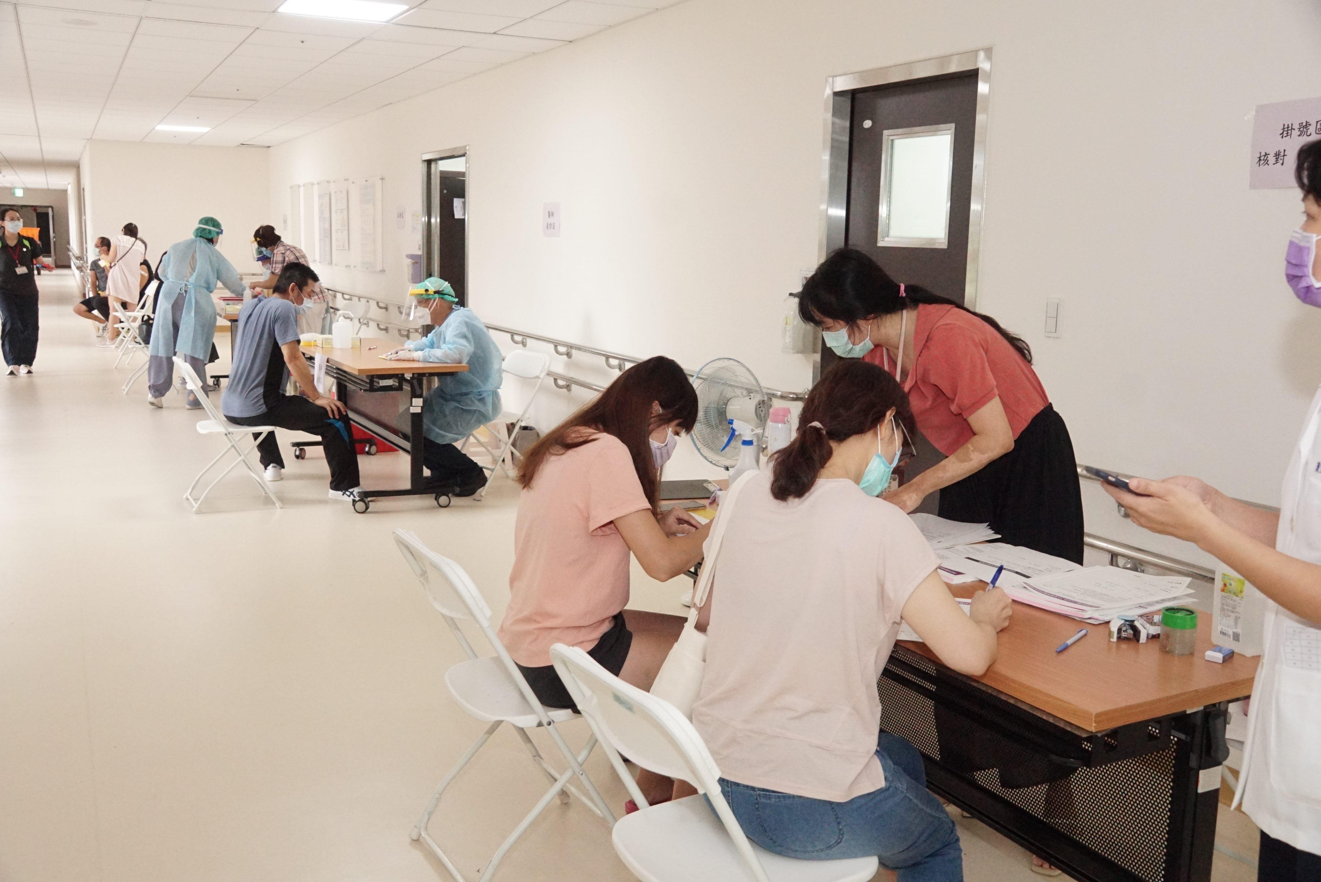 工作人員施打COVID-19疫苗