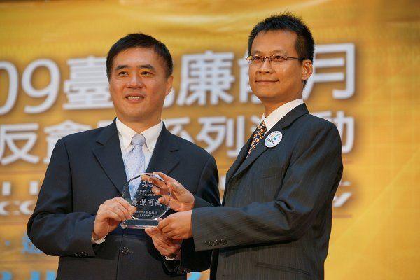 本總隊張凱評工程師榮獲臺北市政府97年度廉潔楷模照片