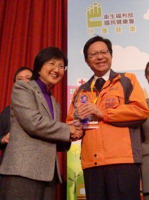 榮獲103年度行政院衛生福利部國民健康署「績優健康職場樂群健康獎」由范總隊長煥英代表受獎。