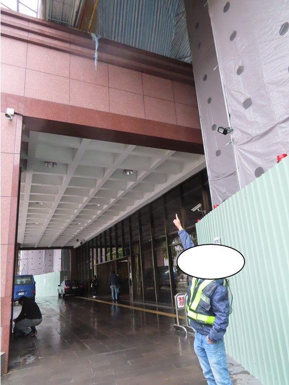 勞工從施工架墜落至1樓地面