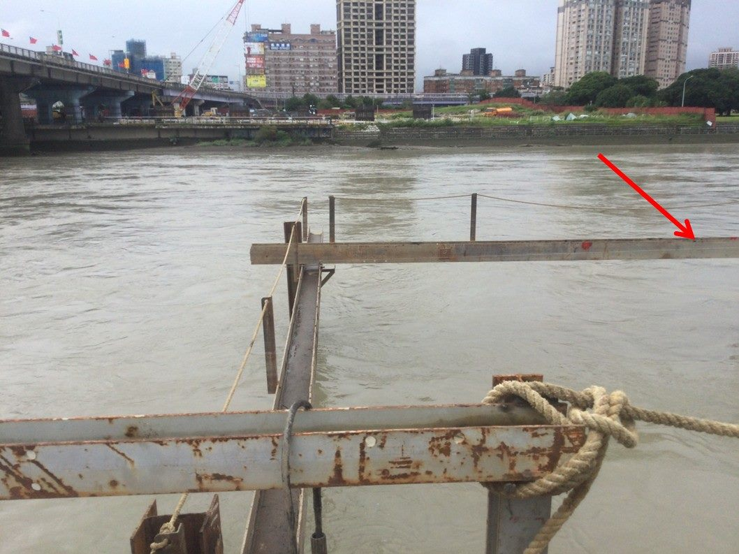 勞工自施工便橋鋼樑上落水位置