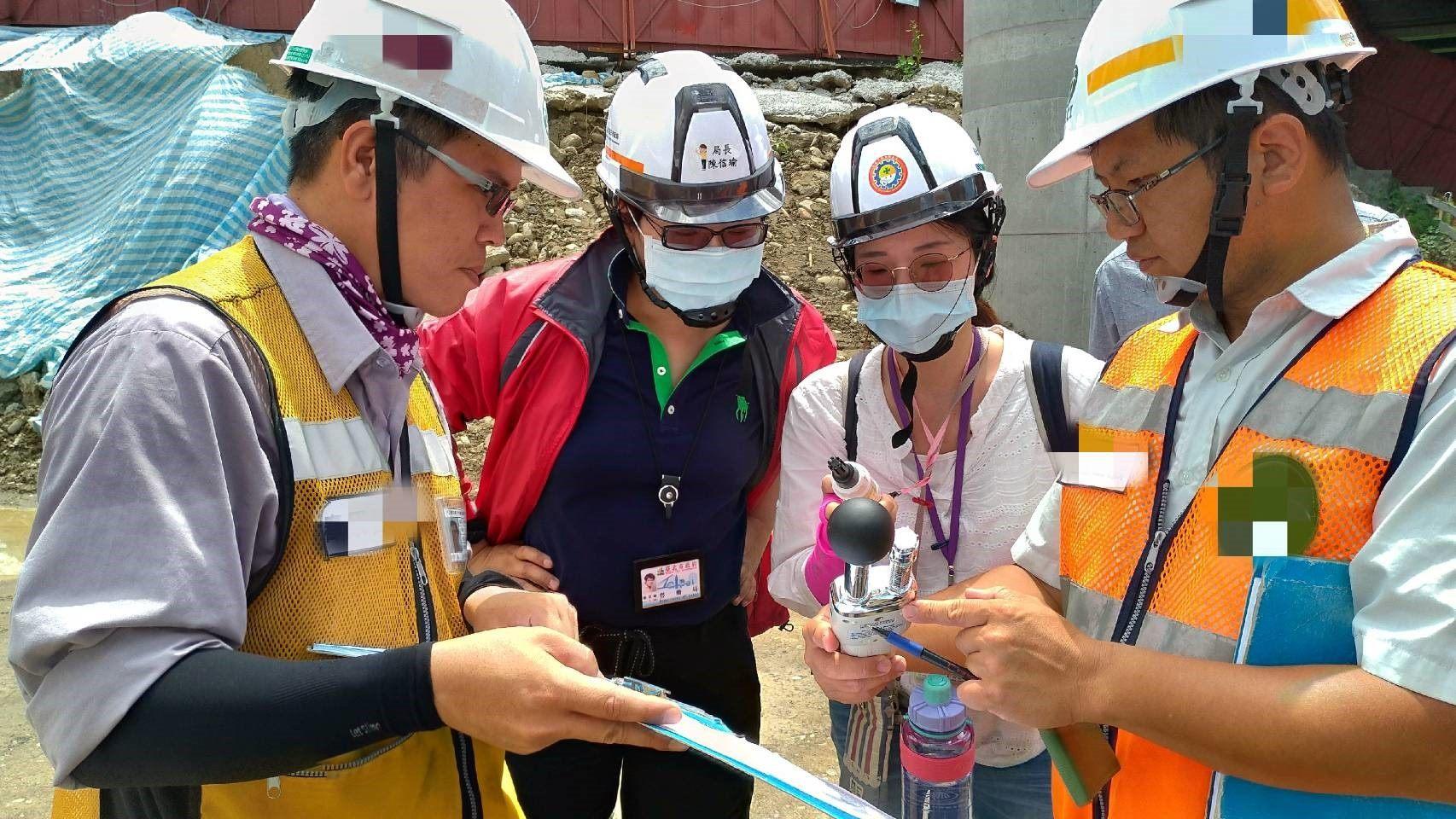 臺北市勞動局陳信瑜局長率隊至中正區工地實施高氣溫戶外作業宣導及勞動檢查,現場進行熱指數量測。