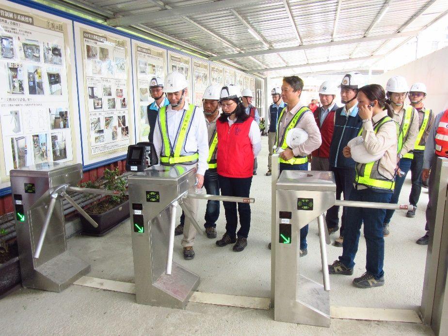 賴局長參觀建國工程研發優良的安全衛生設備-人臉辨識進出管制系統