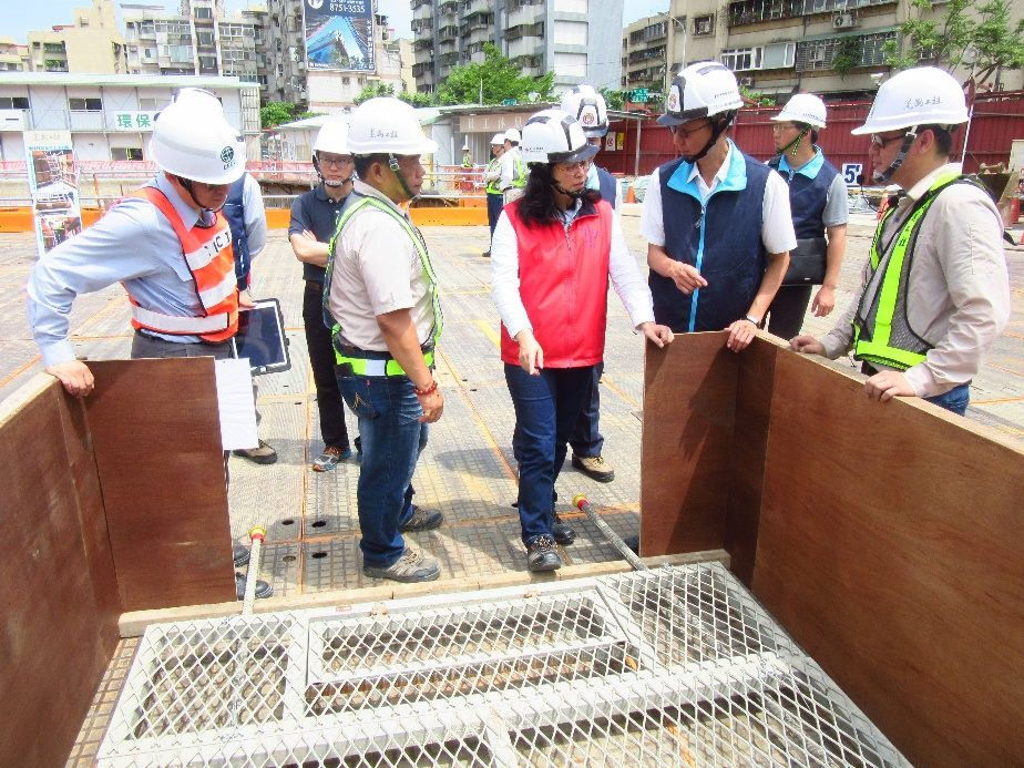 賴局長參觀建國工程研發優良的安全衛生設備