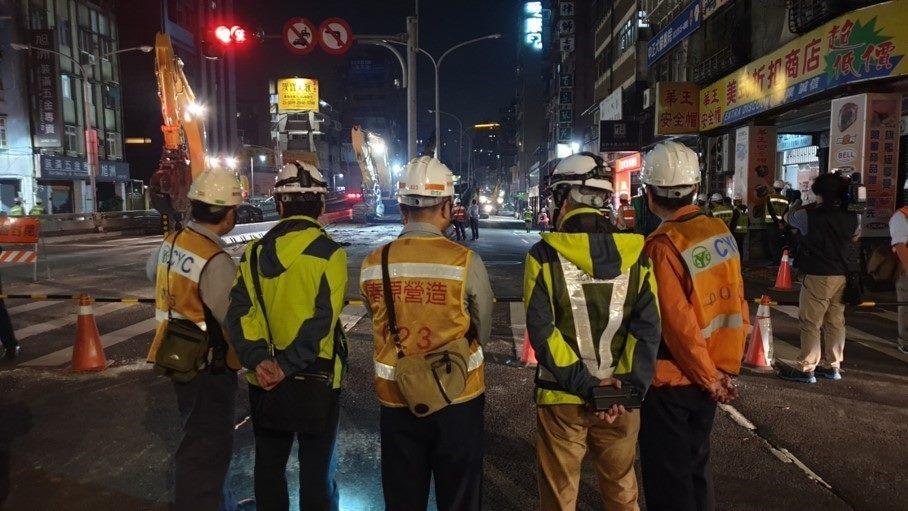北市勞動局長陳信瑜表示,公共工程是營造業領頭羊,應帶頭示範,引領民間工程一齊朝「零災害」方向邁進,圖為去年小年夜中正橋拆除工程夜間檢查。