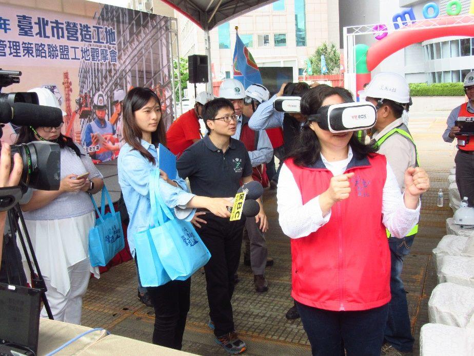 賴局長親自體驗VR虛擬環境體驗作業危害