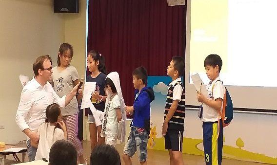 小朋友在台上分享自己作品