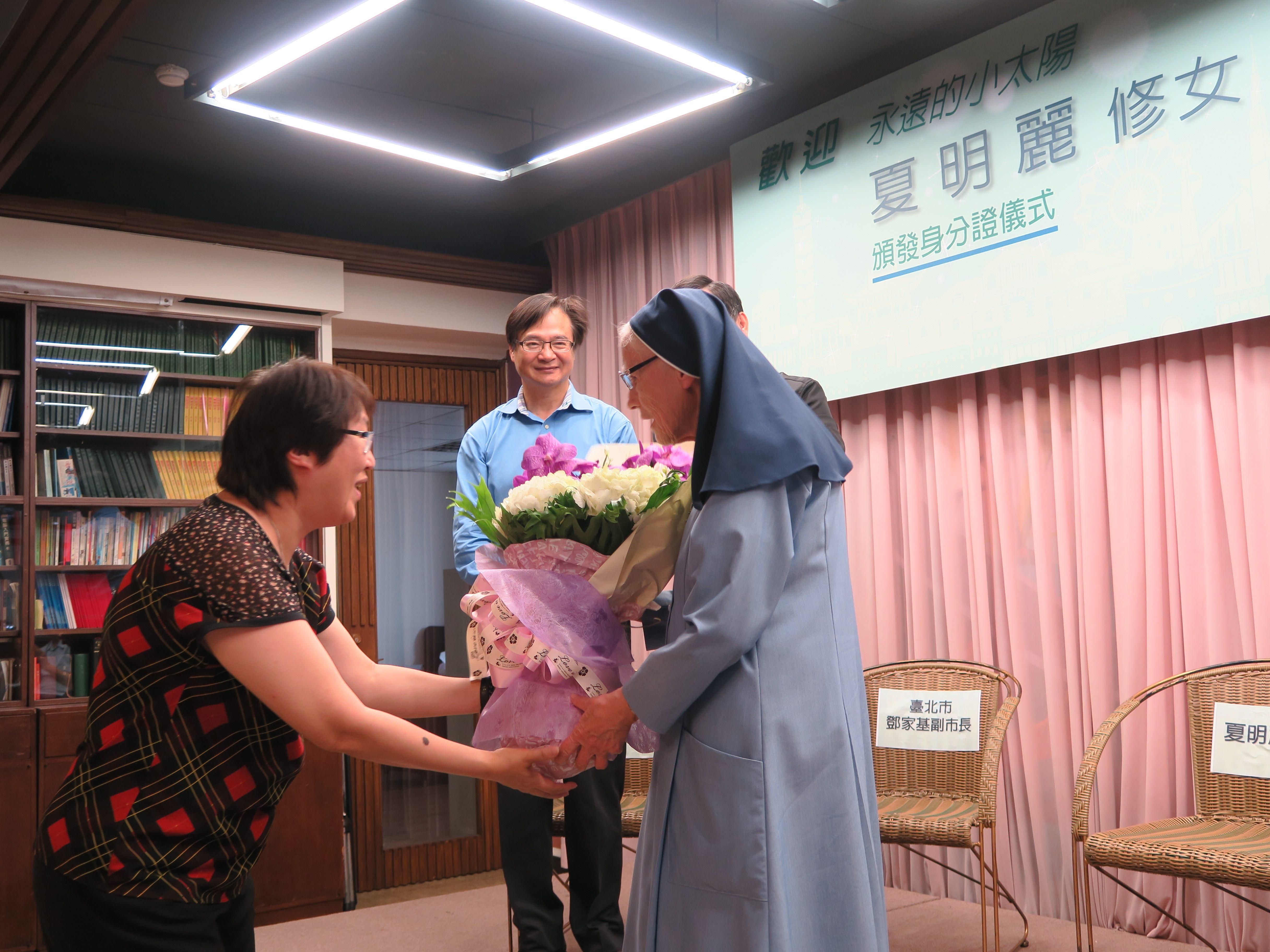 7 善牧夥伴獻花給夏修女