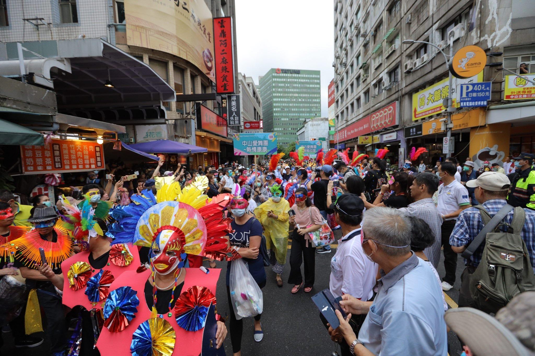 9-Barisan topeng melakukan parade di kawasan perbelanjaan Qingguang