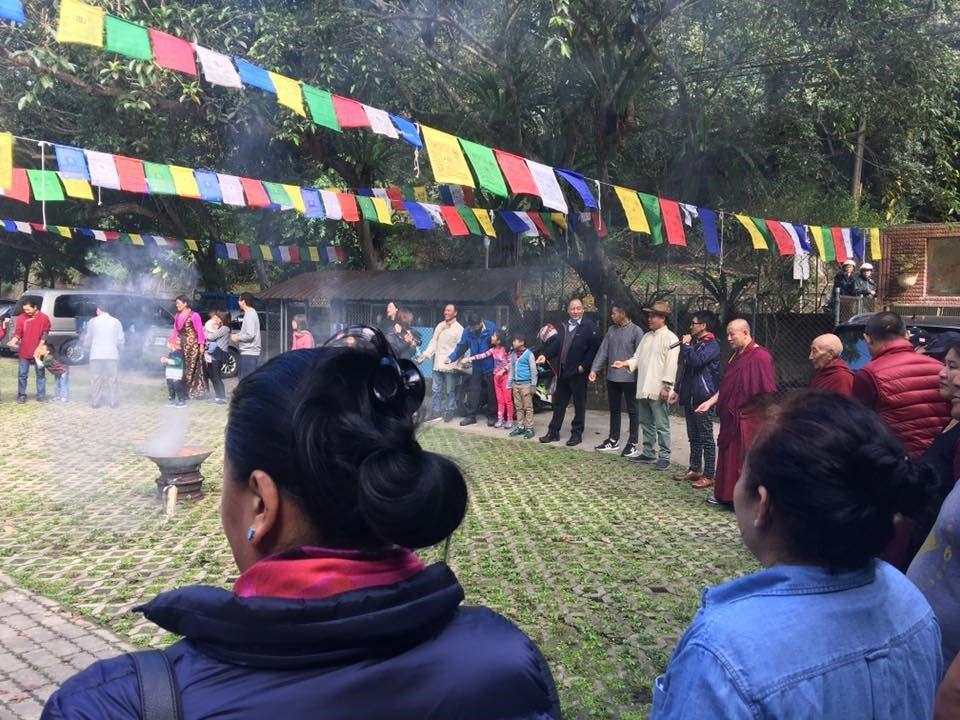 Bức ảnh thứ hai –Nghi lễ đón năm mới truyền thống của người Tây Tạng tại cộng đồng.