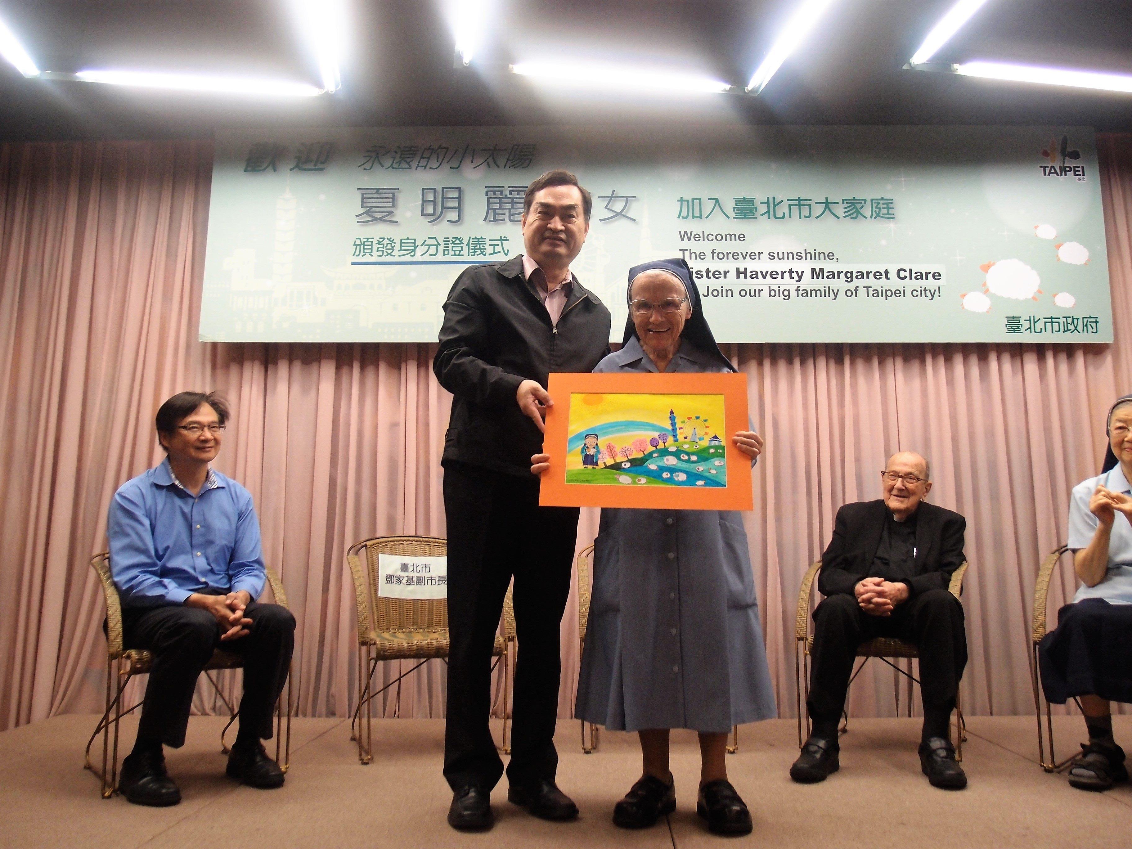 2 鄧副市長致贈市府特地準備的小禮物