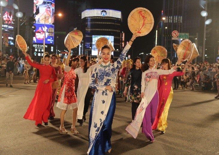 越南新移民穿戴傳統旗袍與斗笠,展現越南文化與風情