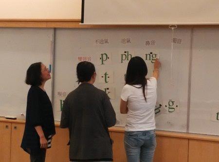 學員上台練習台語字母