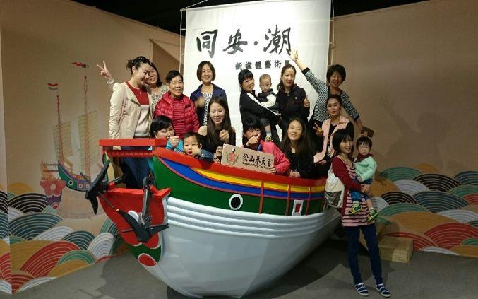 同學們在船上合照