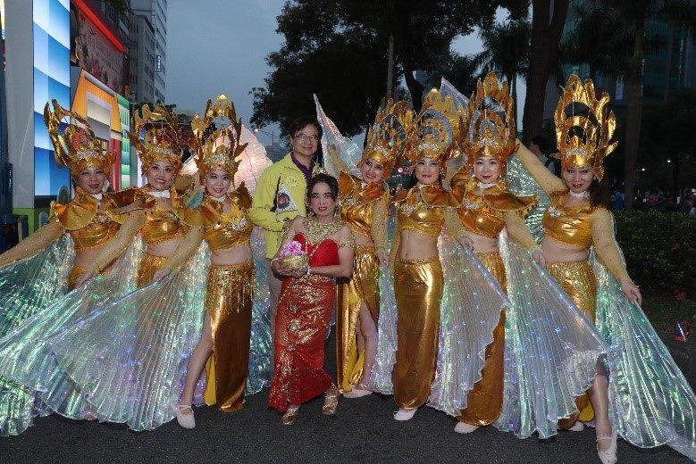 泰國新移民身著彩翅裝與局長合影