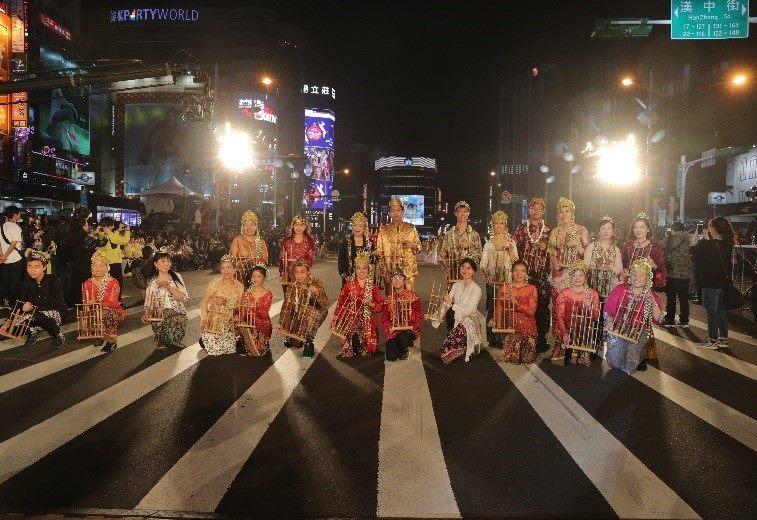 印尼新移民用傳統竹琴演奏印尼民謠「鸚鵡」