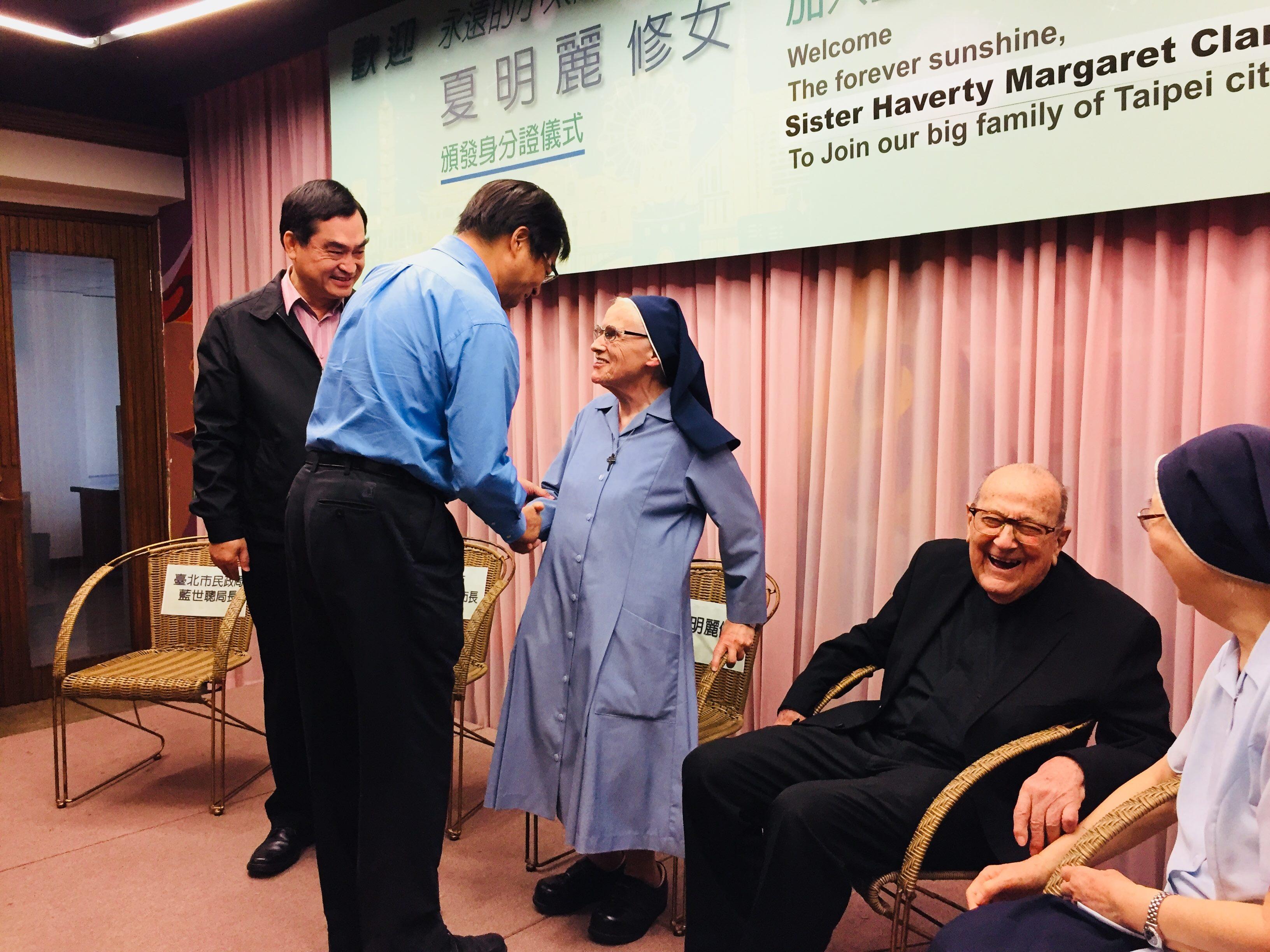 3 民政局藍局長向夏修女表達感謝