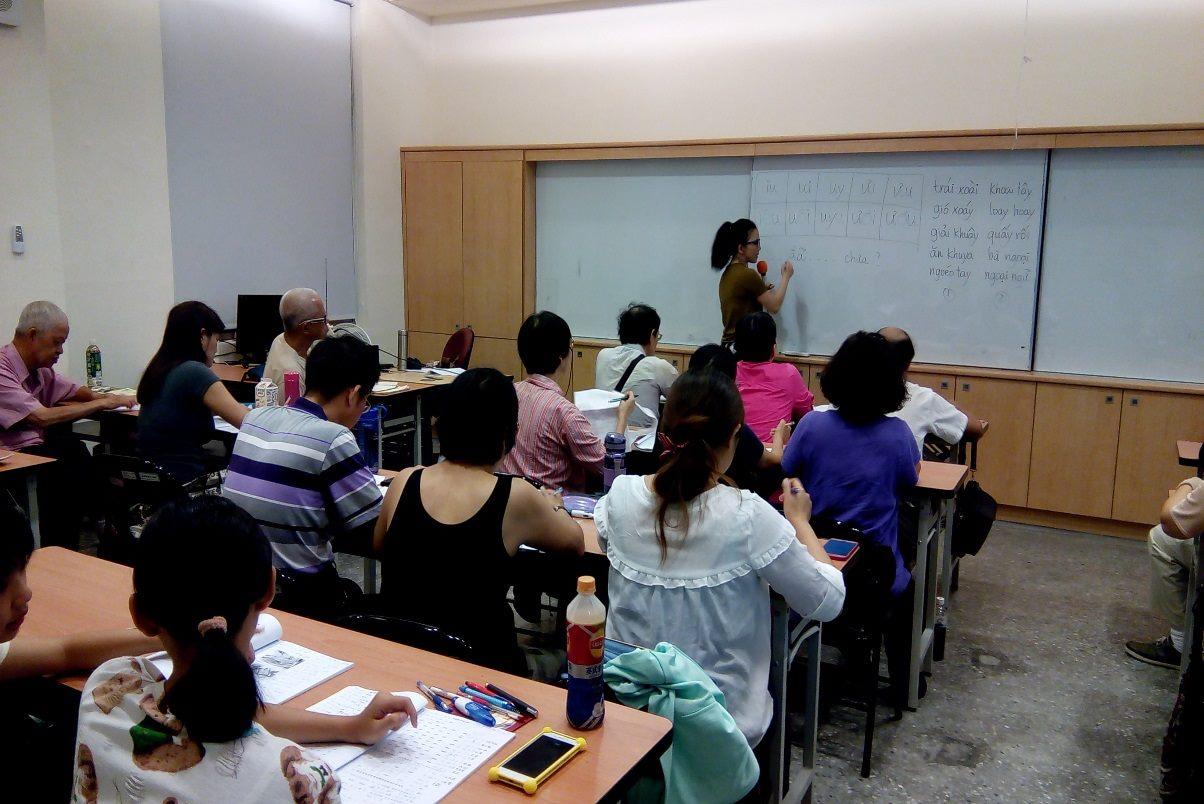 老師介紹越南文的基本結構與發音系統